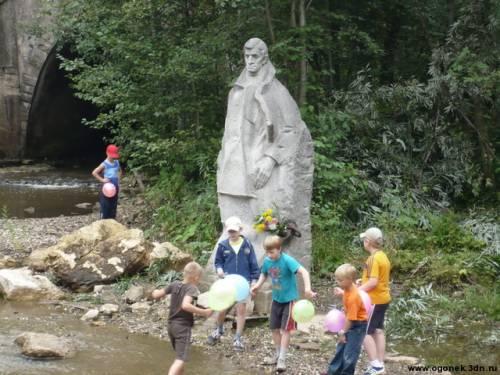 Дети у памятника А. Грину